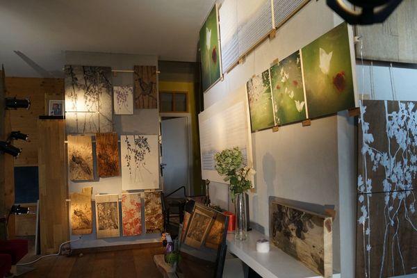 Franck Pitoiset s'inspire des fleurs et des bouquets. Passionné par les plantes, il cherche aujourd'hui à intégrer des huiles essentielles dans ses papiers peints.