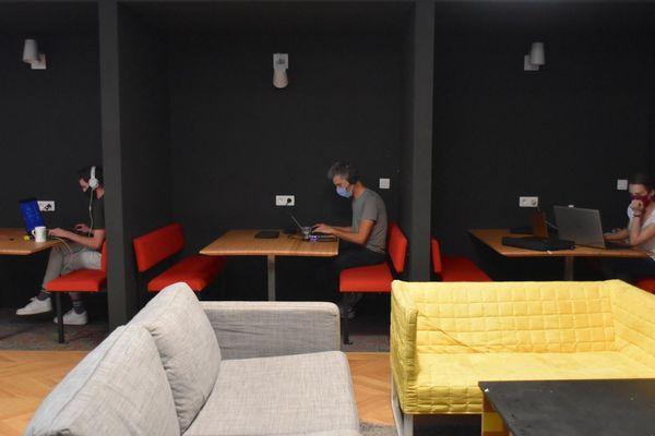 A Cowork, les petits boxes ouverts pour des groupes de travail sont devenus des alcôves individuelles
