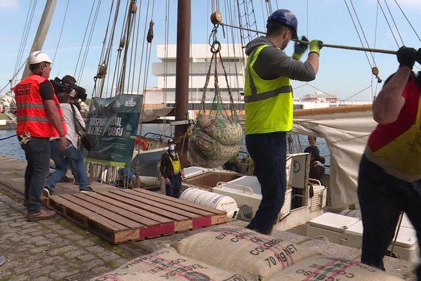 """19 mai 2020 : les dockers du Havre à la manoeuvre pour décharger """"à l'ancienne""""  des sacs de café de la cale d'un voilier"""
