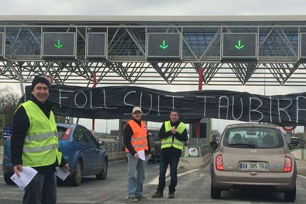 100  agriculteurs bloquent ce samedi le péage de Dozulé.