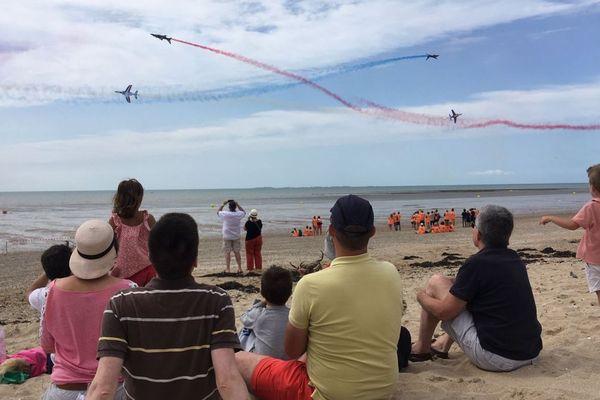 La patrouille de France survole la plage de Jullouville dans la Macnhe, le 1er août 2019