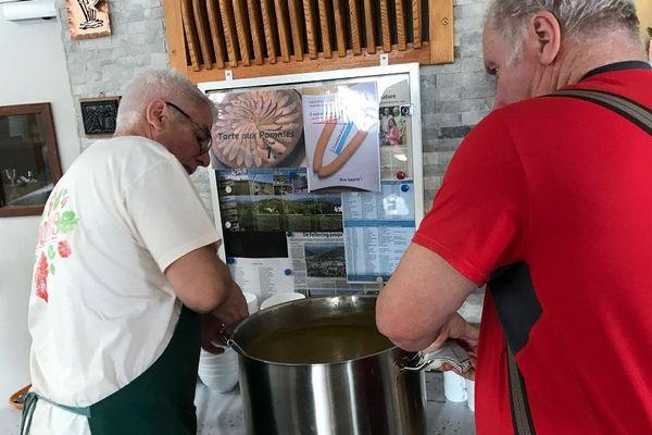 En cuisine, en salle, les bénévoles s'activent pendant deux jours pour accueillir le public