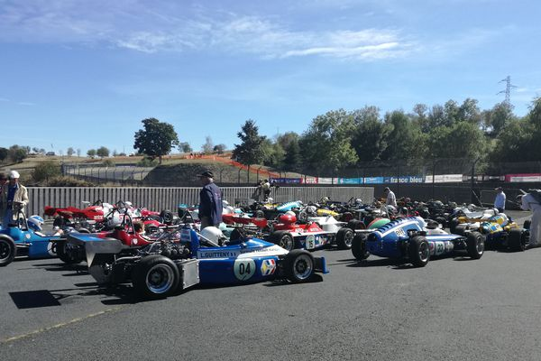 A Charade, pour les 60 ans du circuit, les voitures de collection ont fait hurler leur moteur sur la piste de Saint-Genès-Champanelle, près de Clermont-Ferrand, samedi 22 septembre.