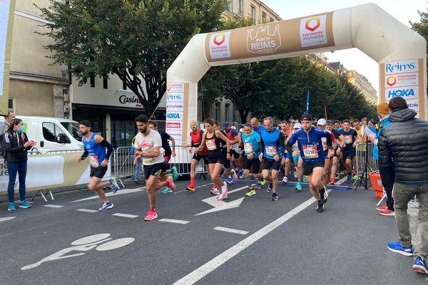 Les coureurs s'élancent pour parcourir 42 km entre ville et vignes