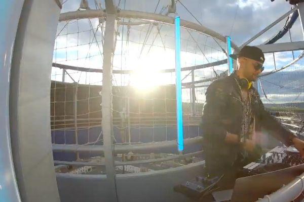 Le DJ Saïba Bomboté aux platines dans le ballon captif à Epernay.