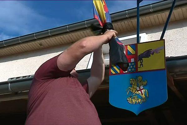 Le maire de Jallanges, en Côte d'Or, a mis son drapeau en berne pour rendre hommage à son collègue de Signes.