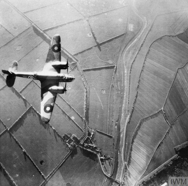 Un Bristol Blenheim photographié lors d'un vol de reconnaissance dans les environs d'Abbeville (photo non datée).