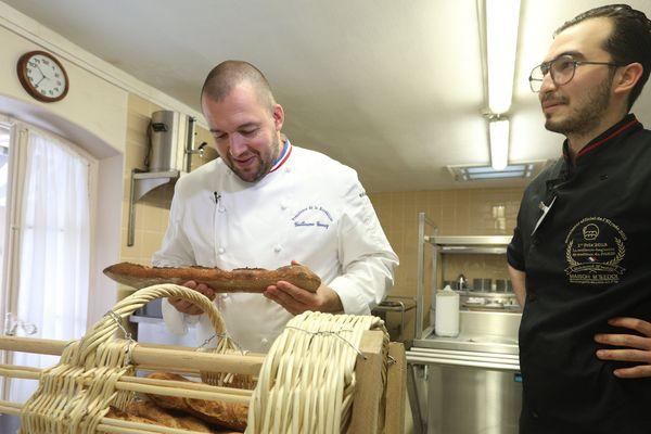 Mahmoud M'Seddi (à droite) vainqueur de la meilleure baguette de France, livre le chef-cuisinier de l'Elysée, Guillaume Gomez (à gauche).