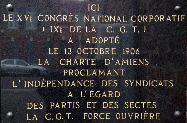 Rue Rigollot, à l'entrée de l'école publique du Faubourg de Noyon, une plaque commémore la charte d'Amiens.