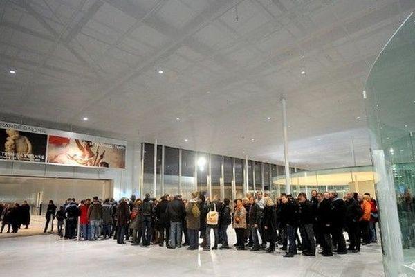 La file d'attente pour entrer dans la galerie du temps au Louvre Lens lors de la soirée inaugurale