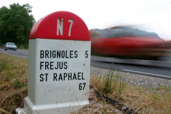 la RN7, célèbre route des vacances, compte près d'un millier de kilomètres entre la Porte d'Italie et Menton