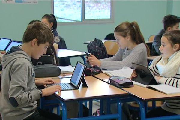 Dans cette salle de classe de Montargis, il n'y a plus de manuels scolaires mais des tablettes!