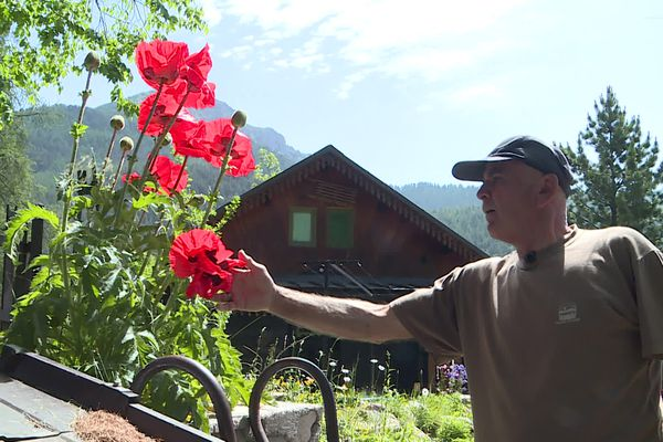 A Castérino, Aldo passe ses journées entre des travaux de réparation et l'entretien du jardin d'un voisin.