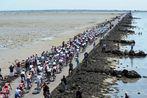 Un passage du peloton sur le Gois avait été imaginé, mais les marées ne sont pas favorables au Tour de France sur les dates, décalées de l'épreuve en 2018 (ici, le Tour de France en 2011).