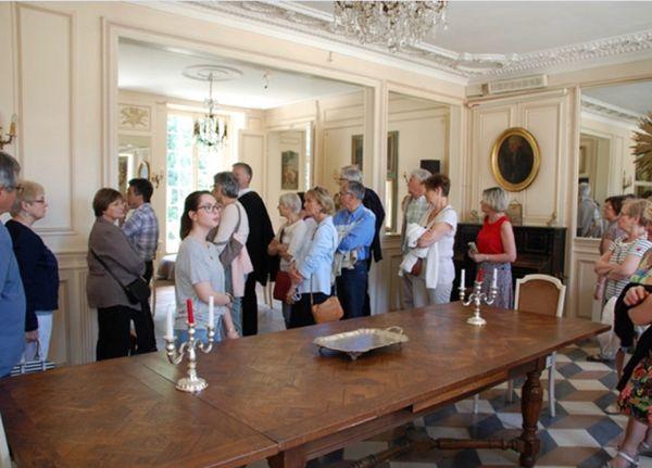 Maryline Da Silva (devant le bougeoir en t-shirt gris), assistante et responsable de la communication, anime des visites du château.