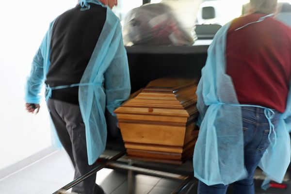Les employés des pompes funèbres emportent le cercueil d'un morts du coronavirus (Covid-19) au service mortuaire de l'hôpital Emile Muller à Mulhouse (aussi appelé Moenchsberg), le 2 avril 2020.