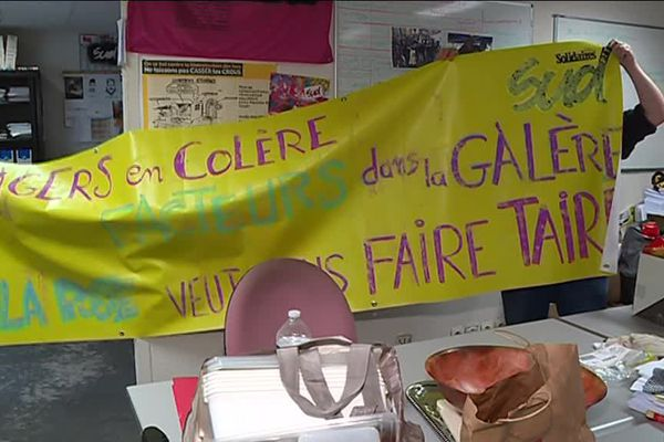 Les facteurs préparent leur banderole pour le défilé du 1er mai à Bordeaux.