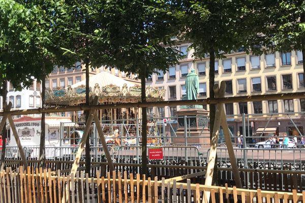 Une rangée d'arbres a été installée sur la place Gutenberg de Strasbourg (Bas-Rhin), très minéralisée.
