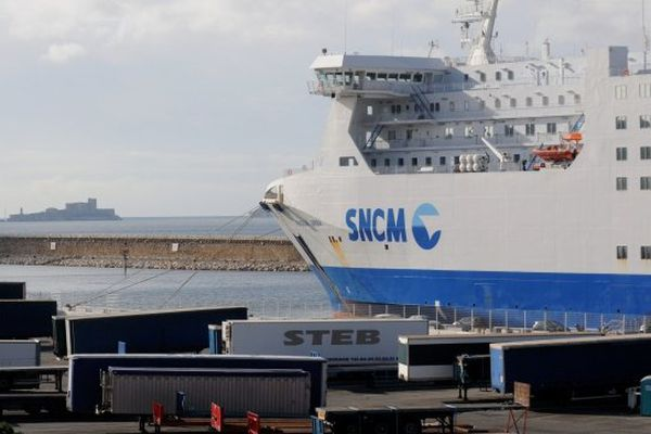 03/01/14 - Fret en attente sur le port de Marseille lors de la grève de la SNCM