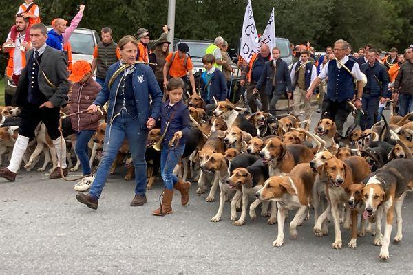 La société de vénerie, les jeunes chasseurs, les fédérations de chasseurs de gibier d'eau, des professionnels du cirque, plusieurs syndicat agricoles appelaient à ce rassemblement.