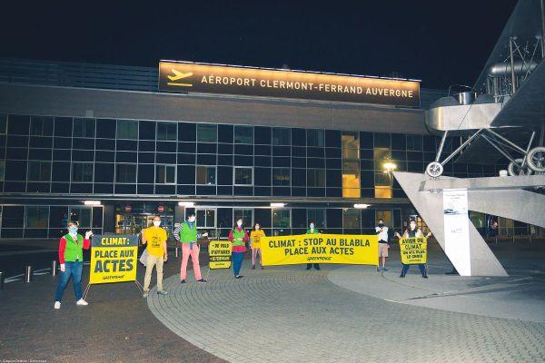 A l'aéroport de Clermont-Ferrand, des militants de Greenpeace ont manifesté contre la réouverture de la ligne aérienne Clermont-Orly.