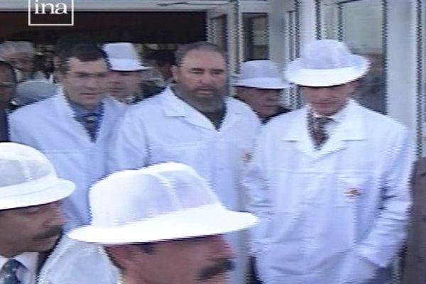 Fidel Castro (à d.) et Gérard Bourgoin (à g.) lors de la visite du groupe industriel Bourgoin le 16 mars 1995