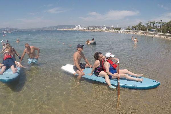 Une bénévole employée d'un grand magasin de sport et un sauveteur de la plage assuraient la sécurité sur le paddle.