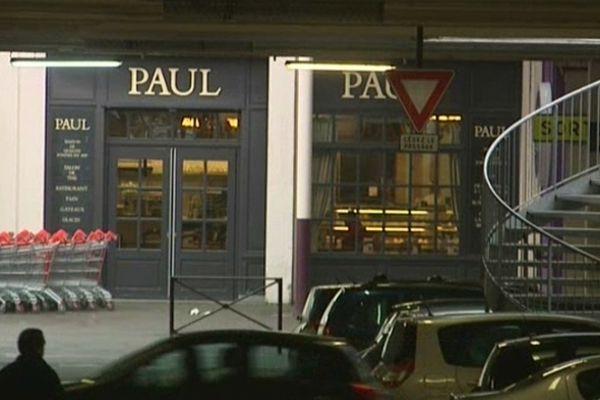 L'extérieur de la boulangerie Paul à V2 Villeneuve d'Ascq.