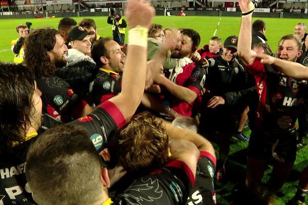 """""""On est en demi, on est en demi ..."""" chant de victoire entonné samedi soir par les joueurs du Rouen Normandie Rugby."""