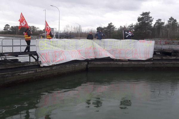 La banderole accrochée à l'écluse bloquée, le vendredi 14 février 2020 vers 11 heures.