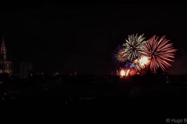 Le feu d'artifice strasbourgeois illumine la cathédrale Notre-Dame avec les couleurs du drapeau tricolore.