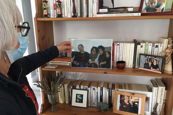 Dans sa maison d'Aixe-sur-Vienne, Yolande Meaud face à la photo de ses 3 enfants