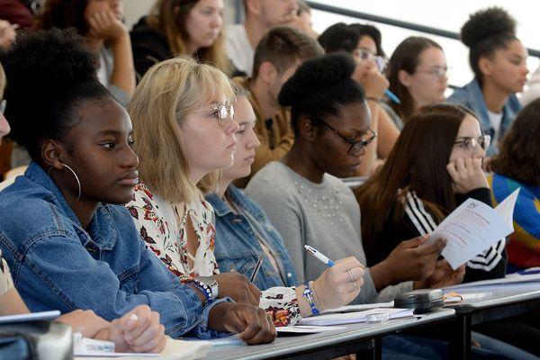 Des étudiants en cours de langue