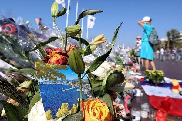 Moment de recueillement sur la Promenade des Anglais