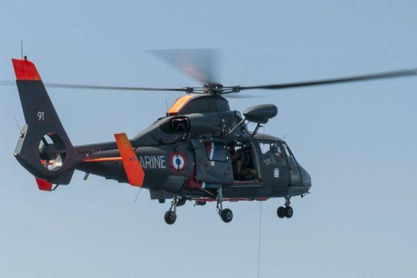 Photo d'illustration (archives) : Un hélicoptère Dauphin de service public de la flottille 35F en entraînement au large de Toulon