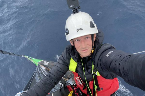 Maxime Sorel en haut du mât de V andB - Mayenne le 13 décembre 2020