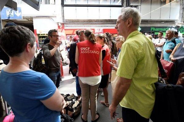 Les voyageurs attendent des trains à Montparnasse, ce 27 juillet 2018