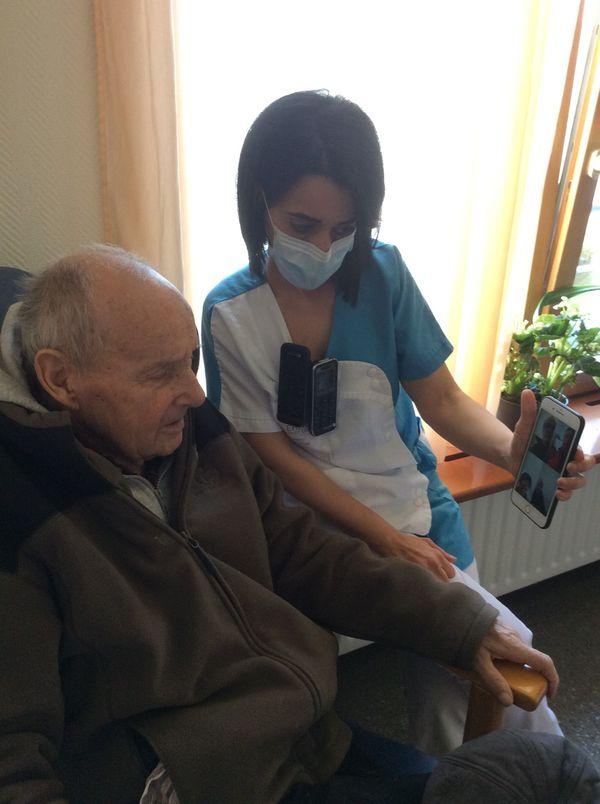 Depuis le début du confinement, Jean Reymann, 88 ans, voit sa famille depuis un téléphone, à défaut des visites. Sabah Ilihem, animatrice à la maison du Lertzbach, est là pour l'accompagner.