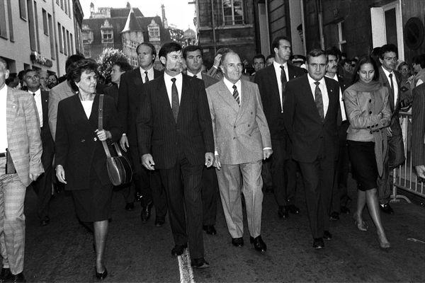 Inauguration de la ligne TGV à Poitiers en 1990. de gauche à droite Édith Cresson, Jacques Santrot, François Mitterrand, Jean-Pierre Raffarin, Ségolène Royal et le Préfet de la Vienne.