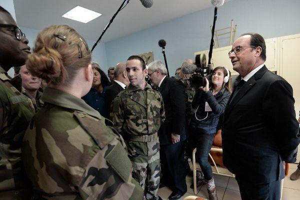Le président de la République s'entretient avec quelques-uns des jeunes volontaires.