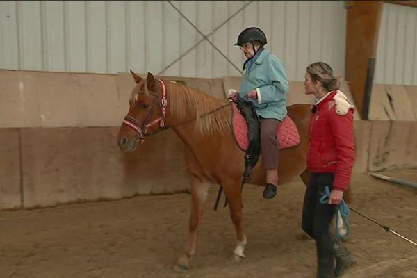 À Beaumont-Pied-de-Bœuf dans la Sarthe, Odette monte à cheval, presque centenaire, avec d'autres personnes âgées, elle vente les bienfaits de l'équithérapie