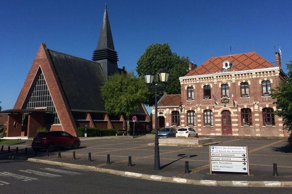 Dury, le village a été fortement touché mais pas la mairie. L'église elle, date de 1960.