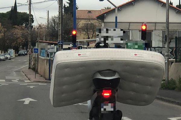 L'homme transportait un matelas sur un scooter, jeudi 13 janvier à Montpellier.