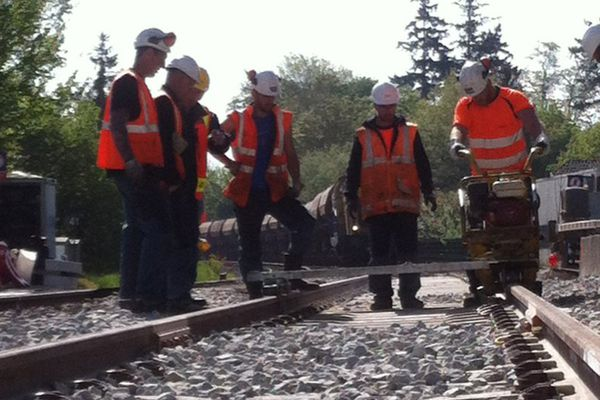 Une quarantaine d'agents SNCF de l'infrastructure ont œuvré 24h/24 sur le chantier pour réparer les 300 mètres de voies, les quais et le passage à niveau endommagés par la collision entre un train Intercités et un poids lourd.