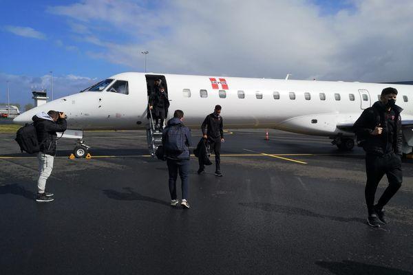 Les joueurs du Clermont foot sont arrivés à l'aéroport de Caen aux alentours de 11 heures samedi 15 mai, quelques heures avant le match contre Caen.