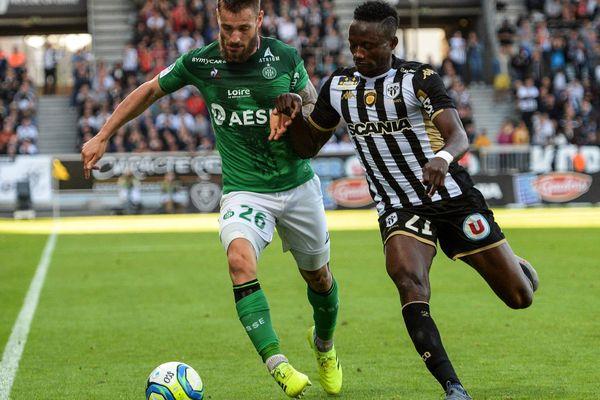 Le stéphanois Mathieu Debuchy aux prises avec Casimir Ninga le joueur incontesté de  cette rencontre.