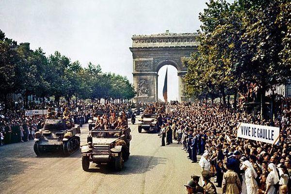 Défilé sur les Champs Elysées le 26 août 1944.