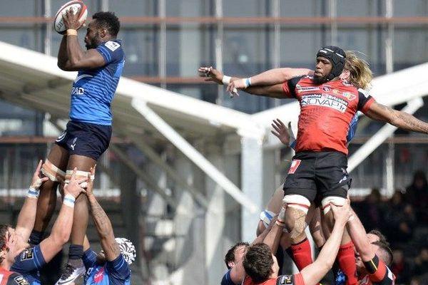 Le montpellierain Fulgence Ouedraogo attrape le ballon ovale pendant le match de Top 14 à Oyonnax où le MHR s'est imposé haut les crampons, 31 à 10, dimanche.