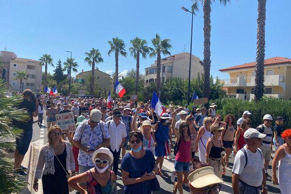 Selon la préfecture du Var, 800 personnes étaient réunies ce samedi 21 août contre le pass sanitaire dans les rues de Fréjus.