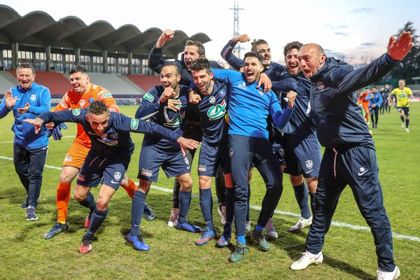Les joueurs de Rumilly Vallières célèbrent leur victoire face à Toulouse en quarts de finale de la Coupe de France au Parc des sports d'Annecy.